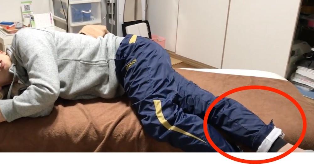 ベッドから足を下ろす